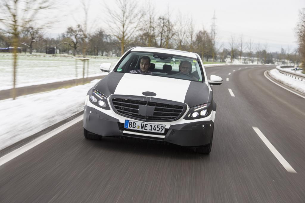 Auch wenn danach 80 Kilo für Komfort und Sicherheit später wieder hinein gepackt wurden, ist die Limousine zwei Zentner leichter als früher.