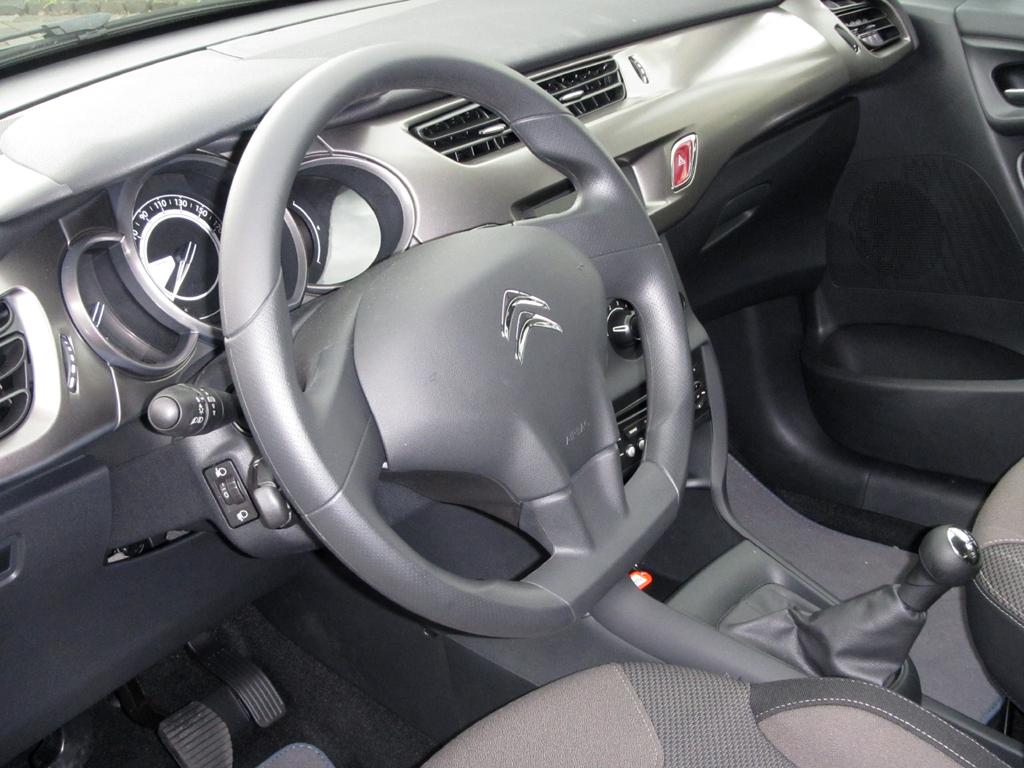 Blick ins Cockpit mit dem etwas weit unten sitzenden Bedienfeld für das Audiosystem.