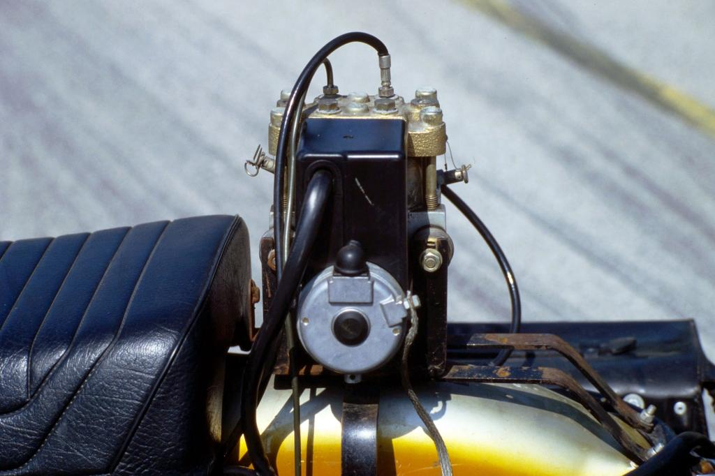 Das ABS konnte damals wegen seiner Größe nicht ins Motorrad integriert werden, deshalb wurde es statt des Soziussitzes auf die BMW R 69 S montiert