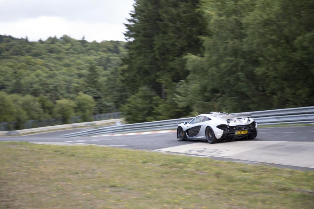 Der McLaren P1 raste mit mehr als 178 km/h Durchschnittsgeschwindigkeit über die 20,8 kurvigen Kilometer der legendären Eifelpiste