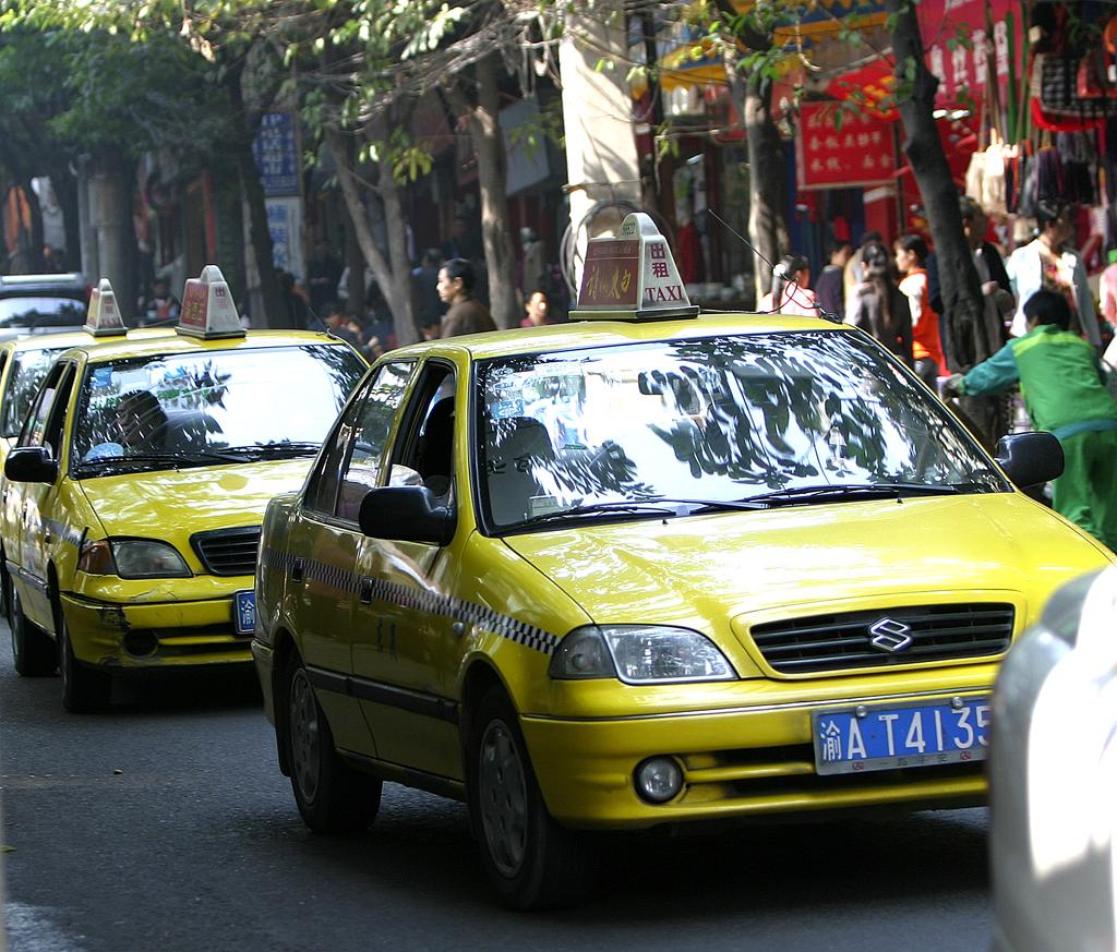 Der Verkehr, hier Taxis in Chongqing in China, nimmt immer mehr zu. Trotzdem bleiben Pkw begehrt.