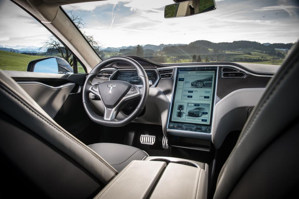 Der große Bildschirm ist der Hingucker im Cockpit