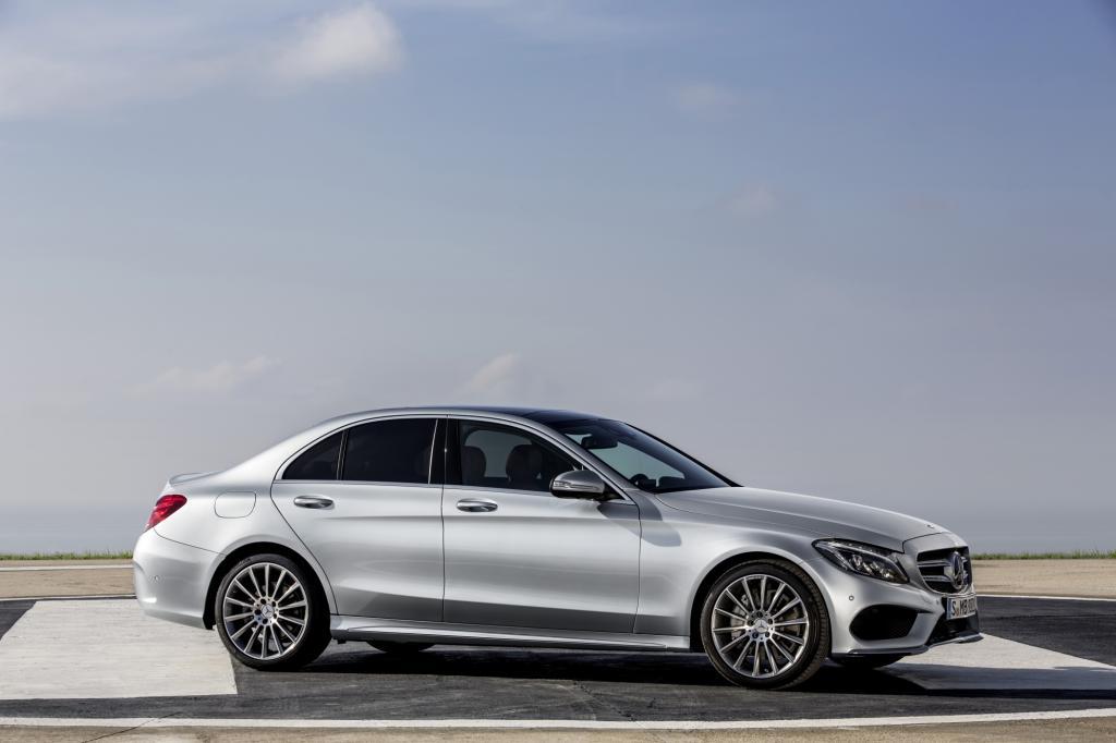 Deutlich markanter und dynamischer als der konservative Vorgänger fährt die nächste Generation der Mittelklasse-Limousine vor