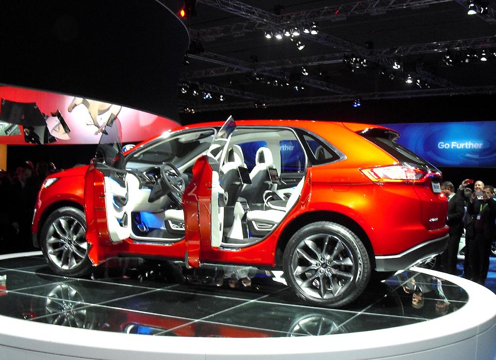 Die geöffneten Türen erlauben einen Blick ins noble Innere des Konzeptautos.