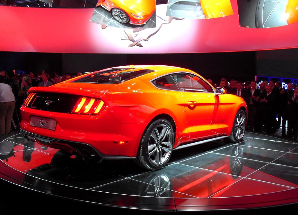 Heck-/Seitenansicht des Coupé-Mustangs von Ford.