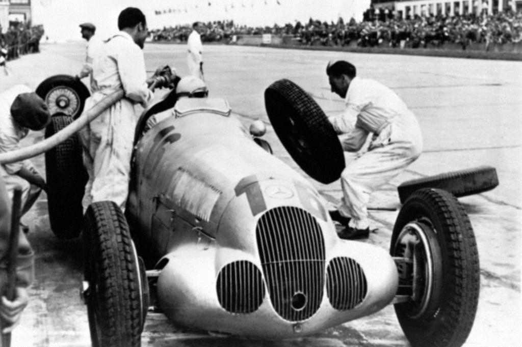 Hermann Lang stoppt an der Box während des Großen Preis von Deutschland, 25. Juli 1937, er fährt einen Mercedes-Benz W 125