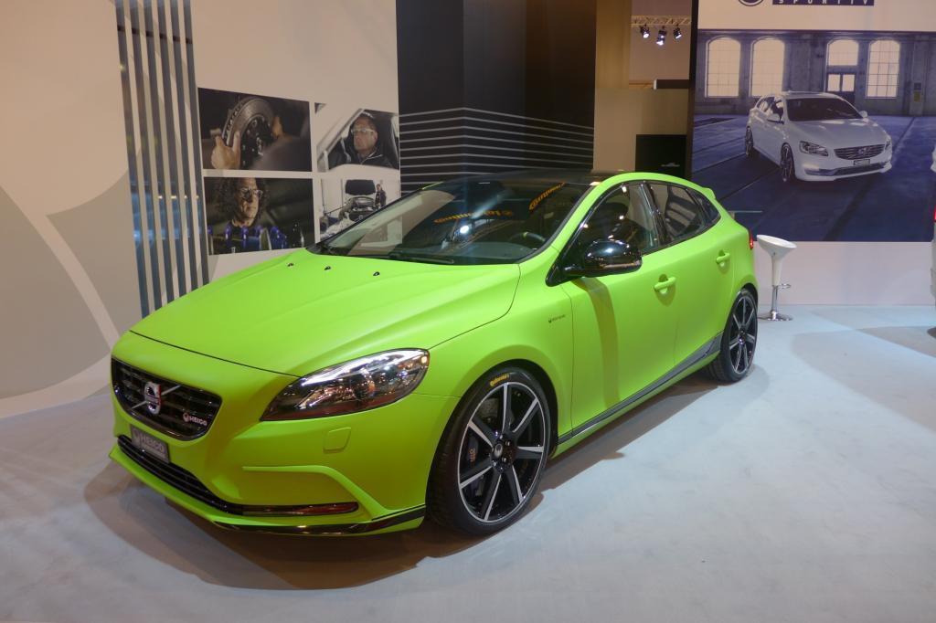 Komplette Fahrzeuge in Neonfarben sind auf der Messe keine Seltenheit.