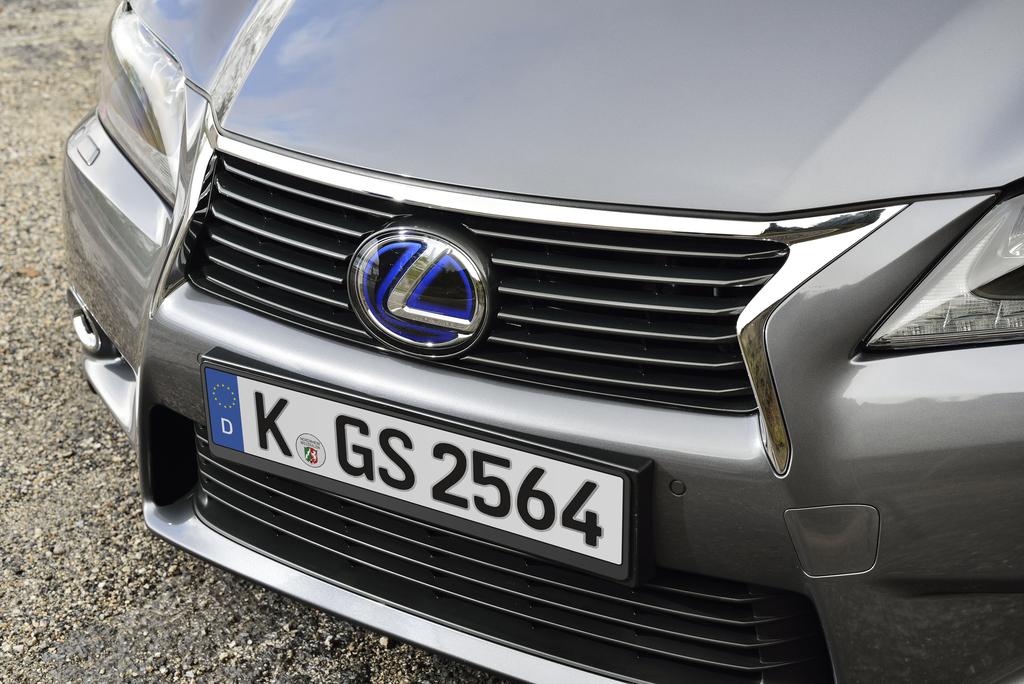 Lexus GS 300h: Blick auf die Frontpartie mit dem Markenlogo im Kühlergrill.