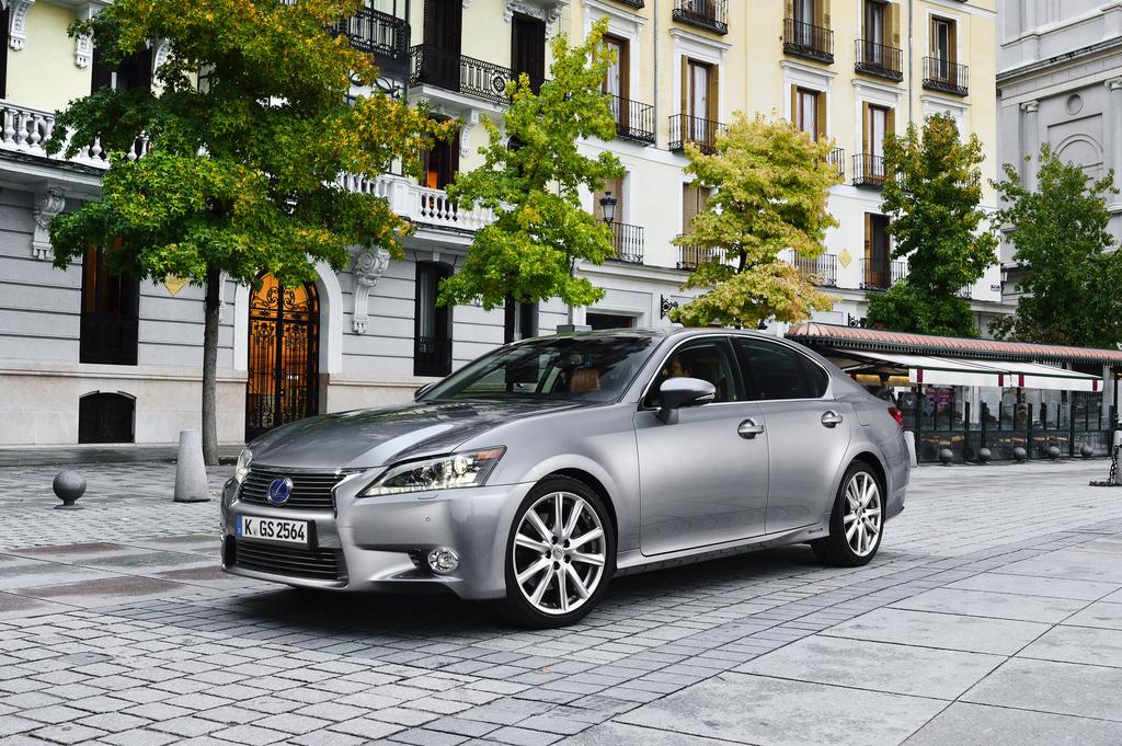 Mit Verbrennungs- und Elektromotor: Lexus GS 300h.