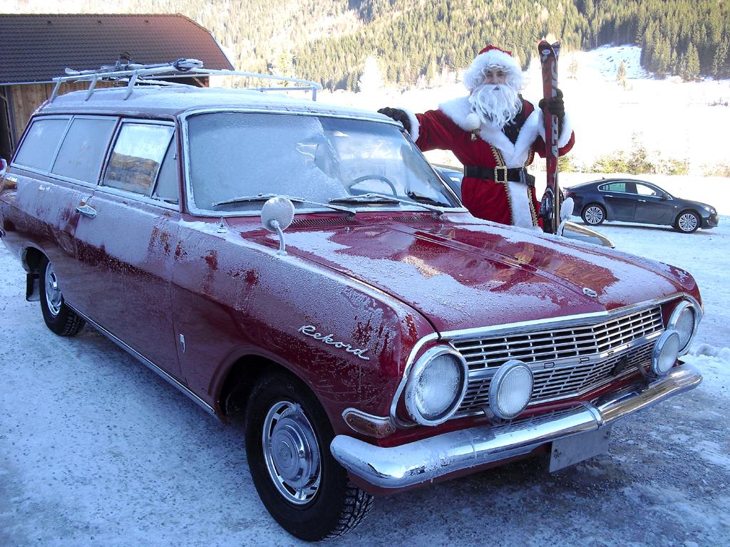 Mit Weihnachtsmann beim Winterdrive: Oldtimer Opel Caravan 1700.