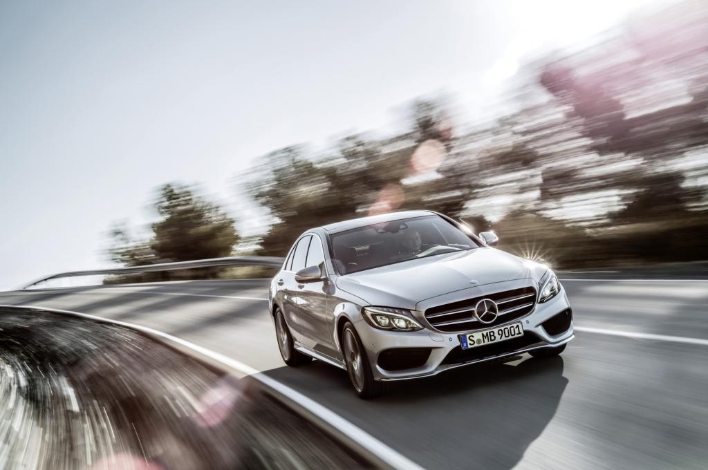 Mit gewachsenen Ausmaßen, verändertem Design, überarbeitetem Innenraum, verbessertem Fahrwerk und neuem Leichtbaukonzept wird die nächste Generation der Mercedes C-Klasse auf den Markt kommen