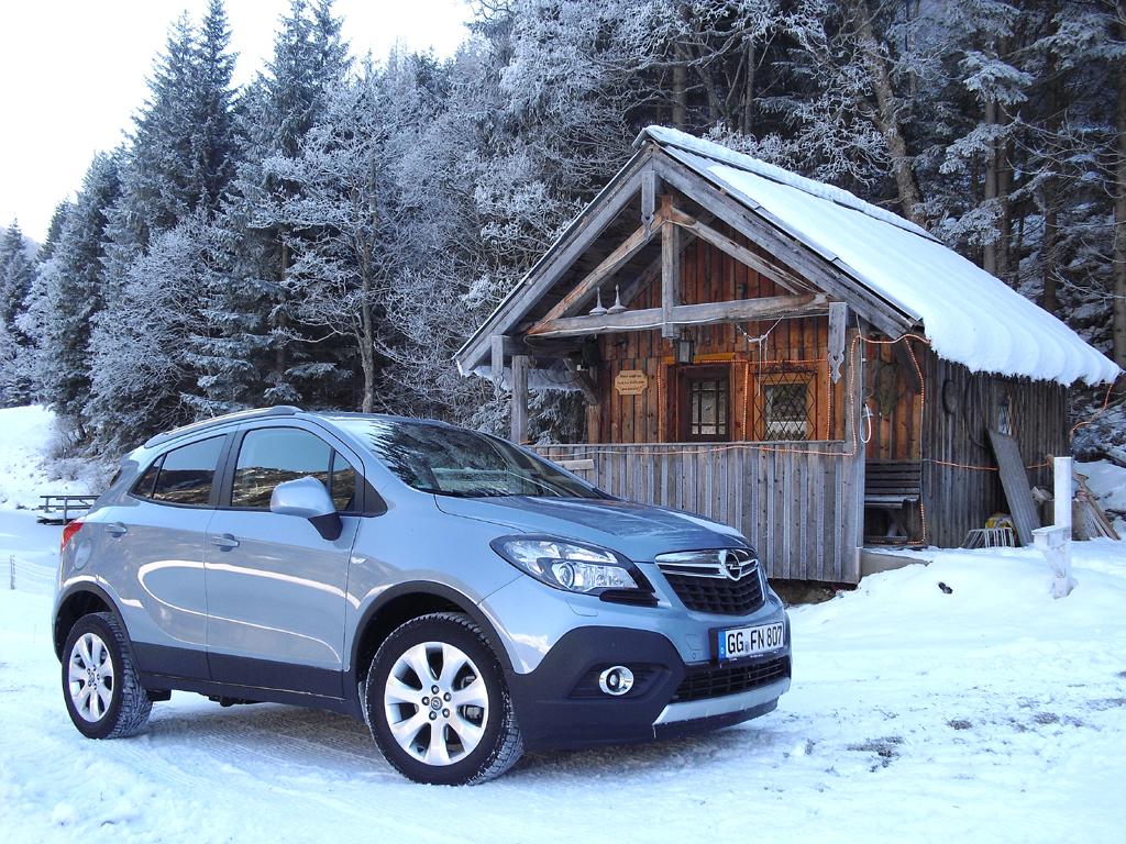 Opel-Allrad-Mokka vor dem