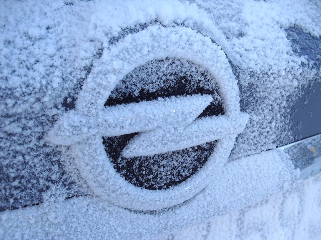 Schnee auf dem Blitz-Markenlogo beim Opel-Winterdrive 2013 in Obertauern.
