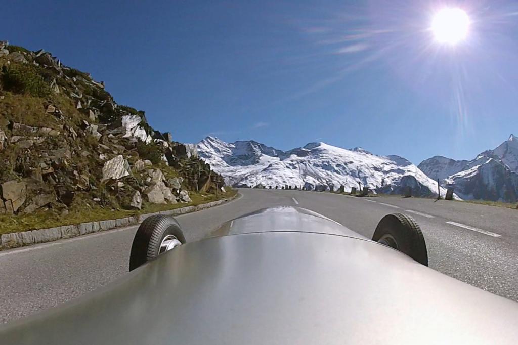 Sicht des Fahrers über die Motorhaube des 750-Kilogramm-Rennwagens W 125 von 1937