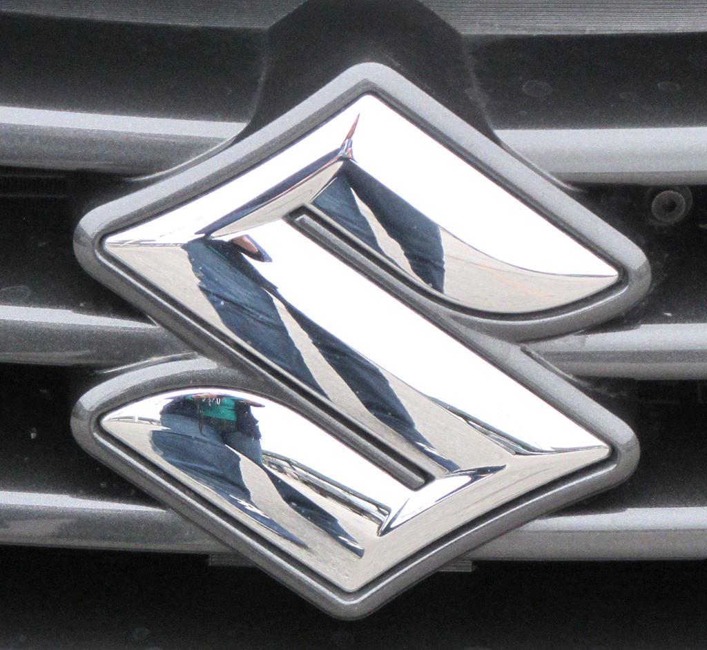 Suzuki, hier Markenlogo, steht für Klein- und Allradwagen.
