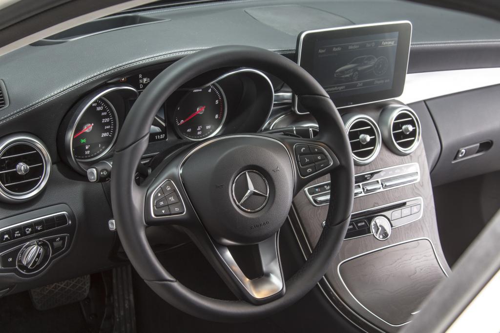 Wie groß die C-Klasse tatsächlich wurde, das will Mercedes erst verraten, wenn die Weltpremiere in Detroit ein wenig näher gerückt ist.