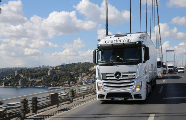 Wings on Wheels: Acht Mercedes-Benz Actros unterwegs
