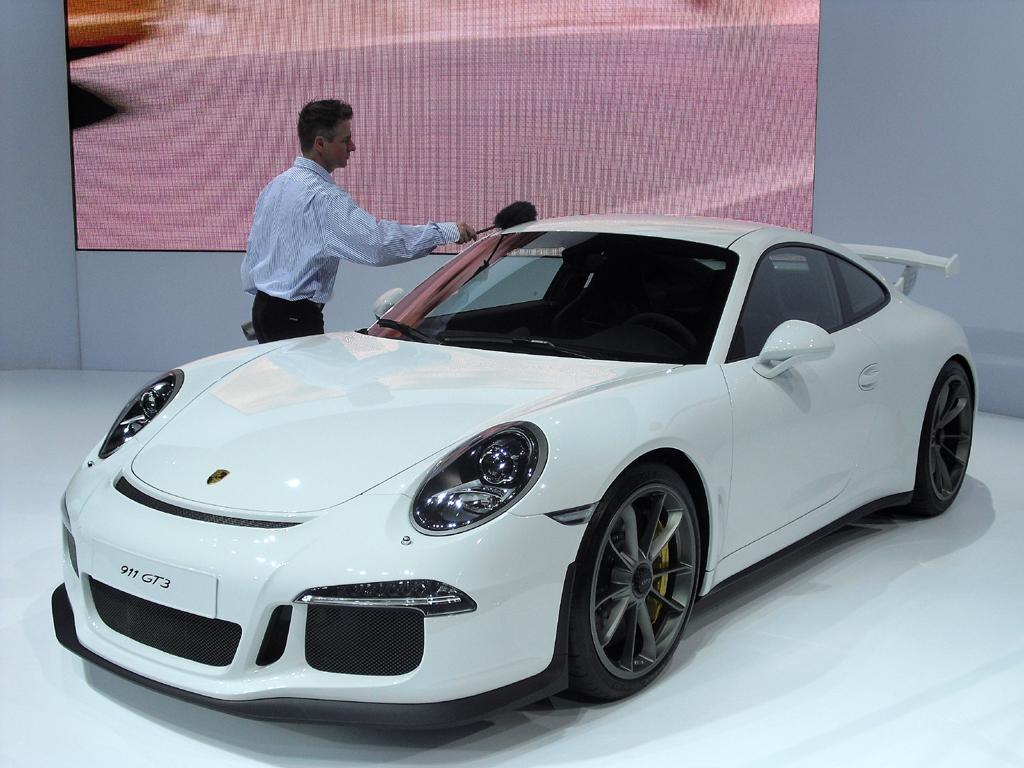 Wohlhabende können sich auch einen Sportwagen, hier Porsche bei der Messe in New York, leisten.