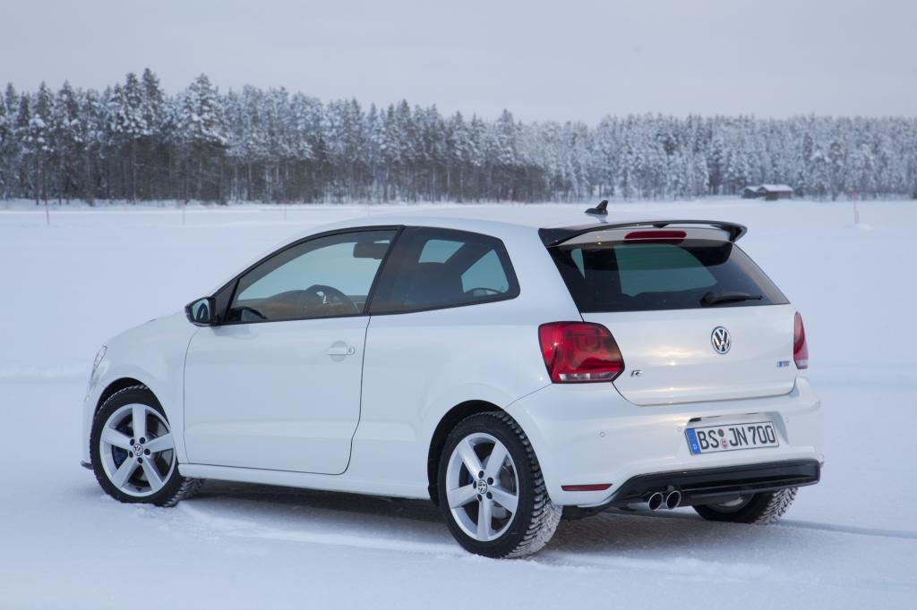 Die Chefs der wichtigsten Marken des VW-Konzerns sind angereist, um in den verborgenen, einsamen Schneeweiten Finnlands Fahrzeuge freizugeben – oder eben nicht.