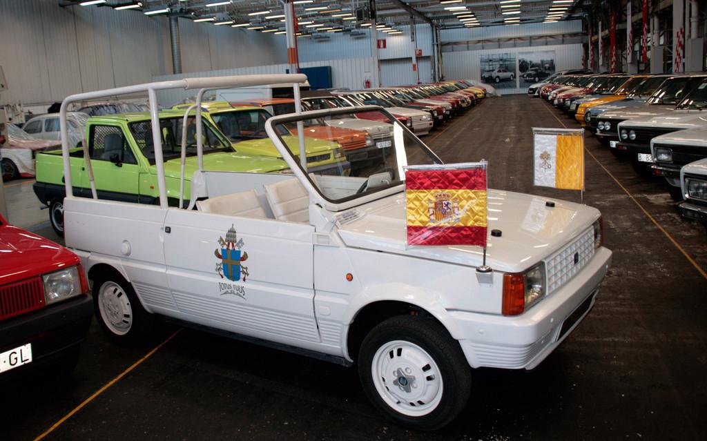 """Dieser Seat Panda wurde 1982 zum """"Papamobil"""" für Johannes Paul II.  Dieser Seat Panda wurde 1982 zum """"Papamobil"""" für Johannes Paul II."""