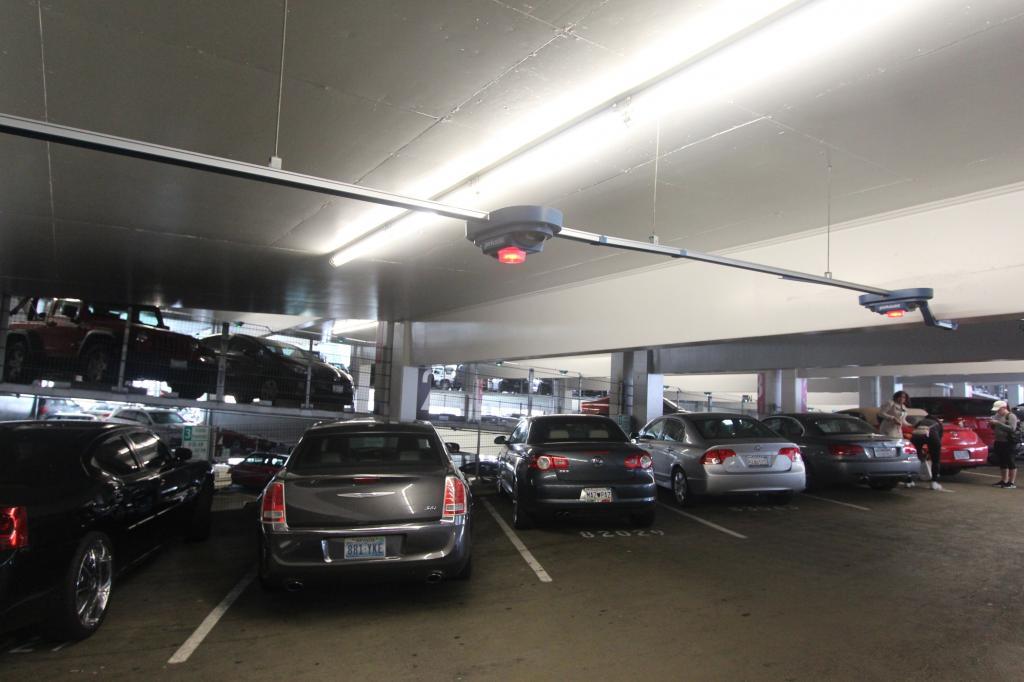 Weil es mit dem autonomen Parken wohl noch ein bisschen dauern dürfte und bisweilen ja auch noch ältere Fahrzeuge abgestellt werden müssen, rüsten neben den Autoherstellern auch die Parkhäuser auf.