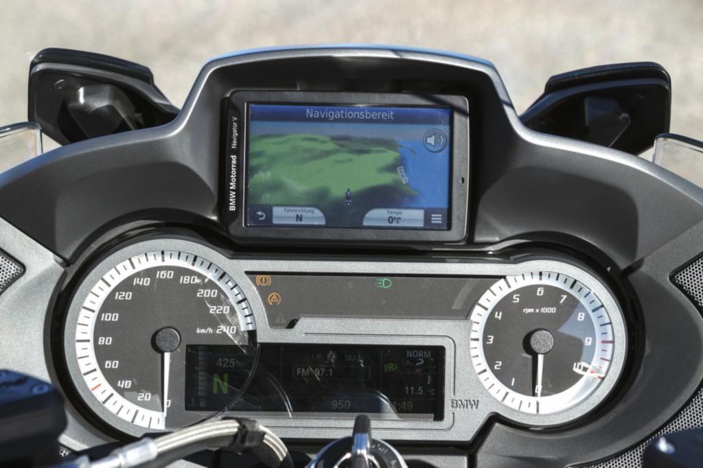 Außerdem hat BMW das gesamte Thema Multimedia deutlich weiterentwickelt, unter anderem mit einer multifunktionalen Instrumentenkombination mit großem TFT-Fahrdisplay
