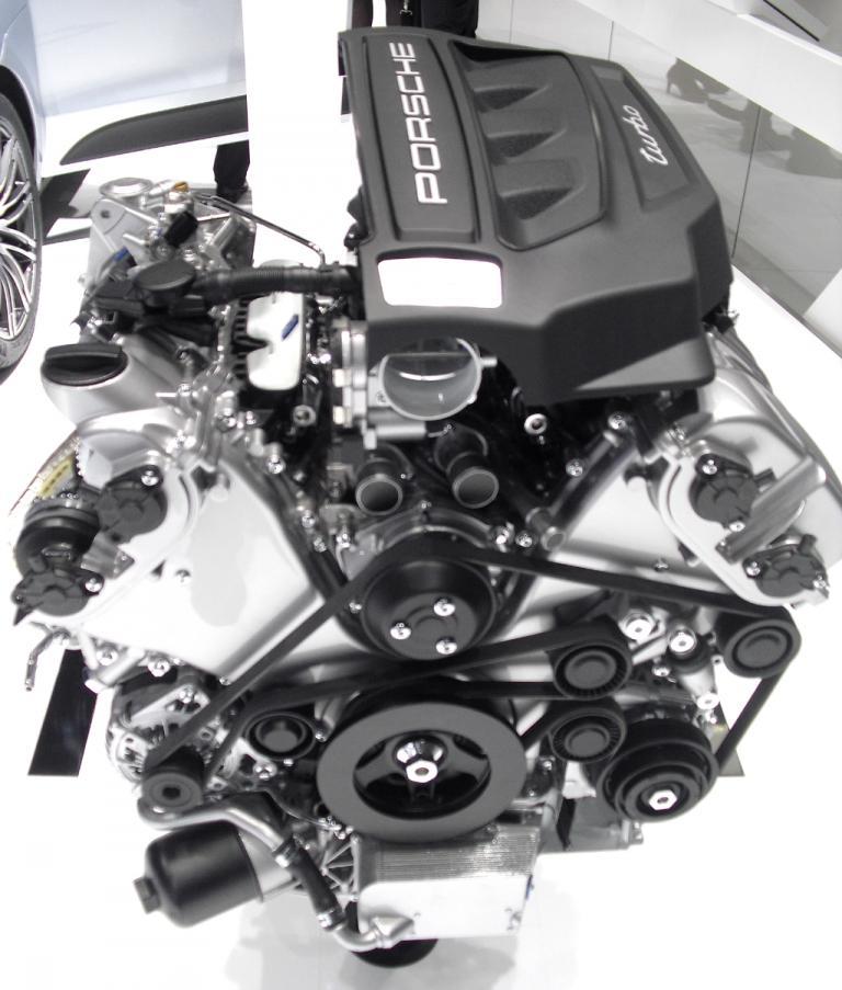 Auch Motoren, hier ein Turbo für den neuen Porsche Macan, gehören zu den Ausstellungsexponaten.