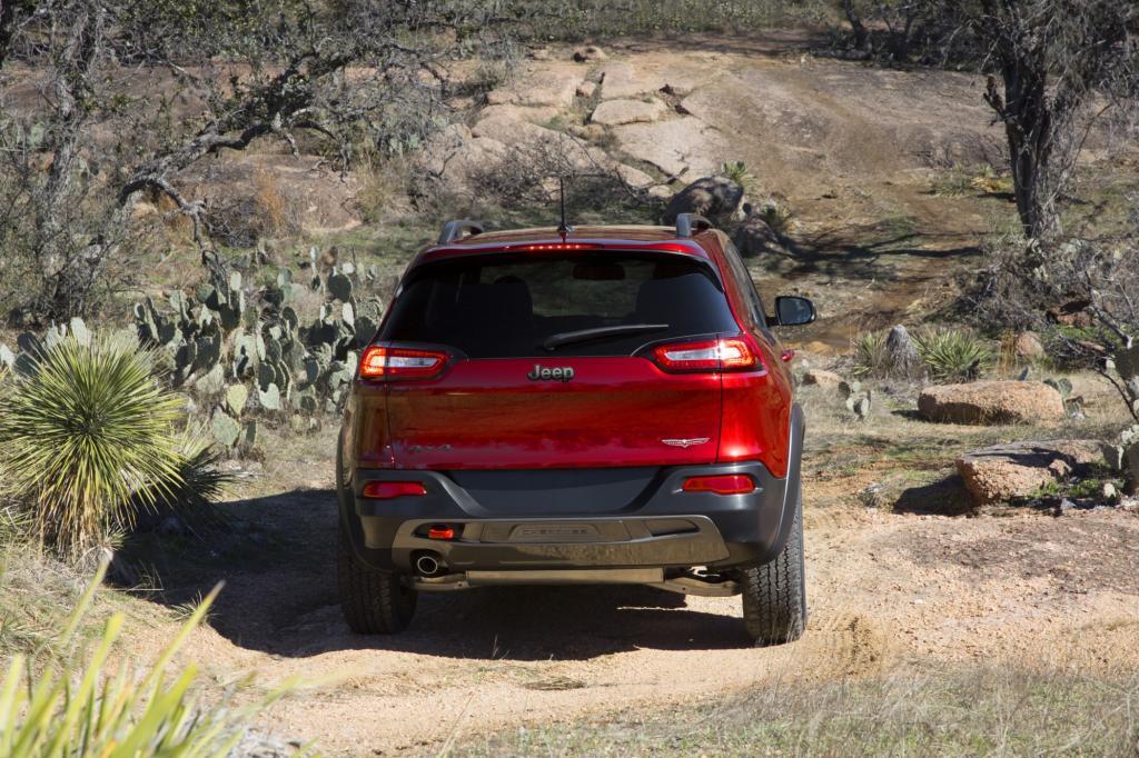 Aus den 3,2 Litern holt der Sechszylinder immerhin 200 kW/271 PS und maximal 316 Nm, mit denen der Cherokee behände ausschreitet.