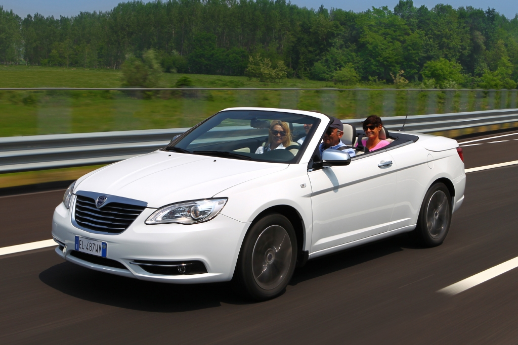 Bis auf das geänderte Logo ist der Lancia Flavia äußerlich mit dem Chrysler 200 Convertible der US-Schwestermarke identisch