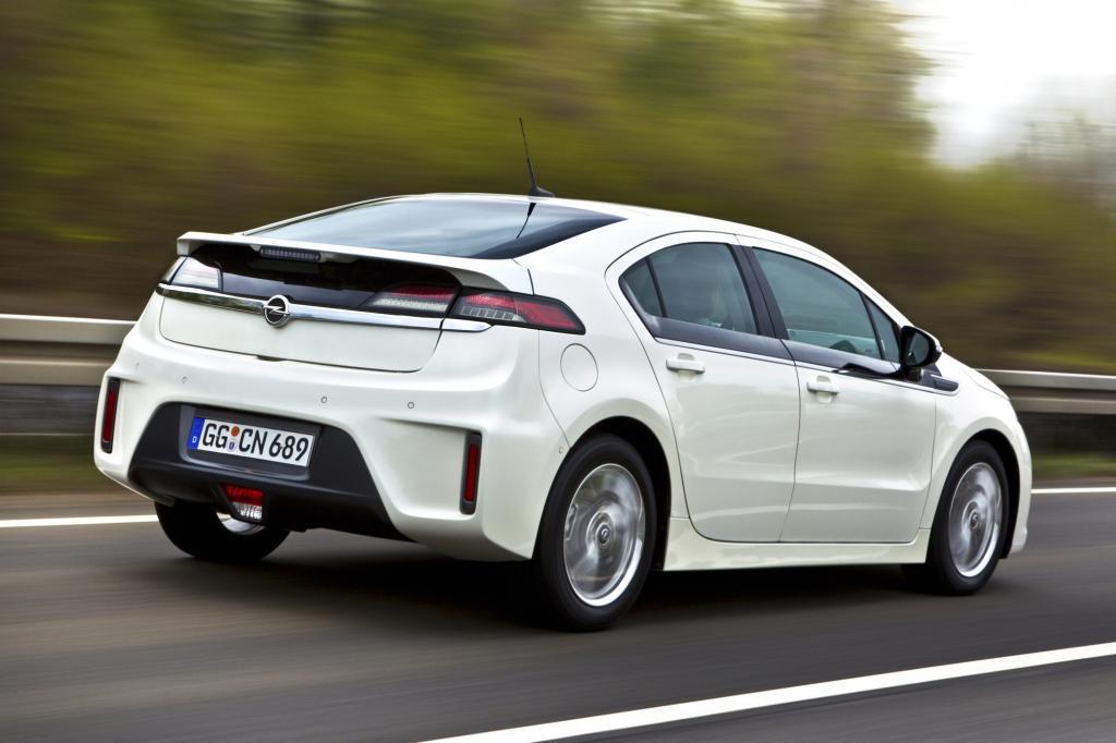 Bis zu 80 Kilometer legen Opel Ampera und das Schwestermodell Chevrolet Volt rein elektrisch zurück - © Opel