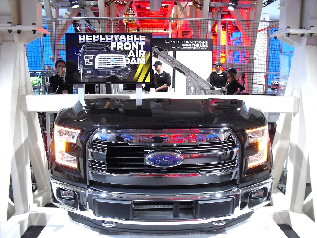 Blick auf die Frontpartie eines um bis zu 320 Kilo abgespeckten Ford-F-150.