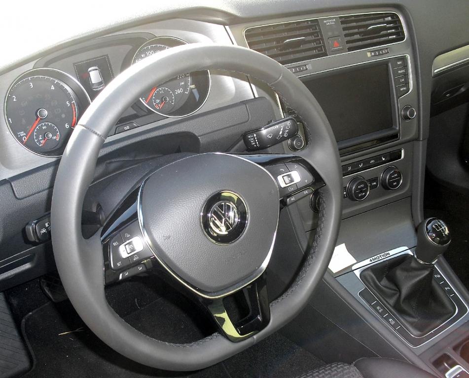 Blick ins übersichtlich-funktionelle Cockpit.