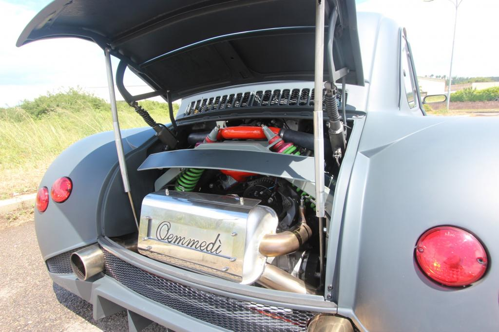 Der Zwölfzylinder ist hinter dem Fahrer platziert