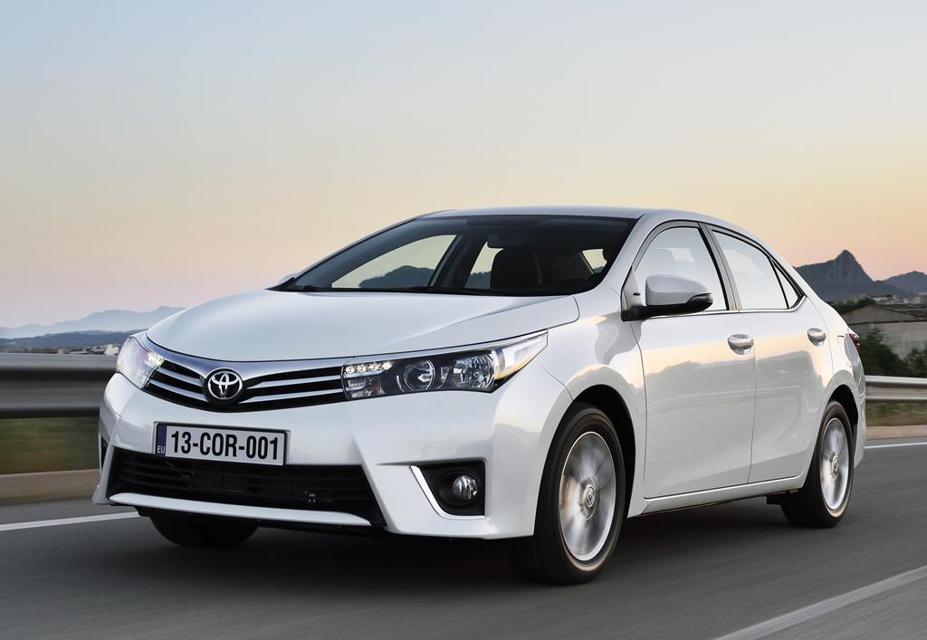 Der neue Toyota Corolla fährt als formschöne Stufenheck-Limousine vor.