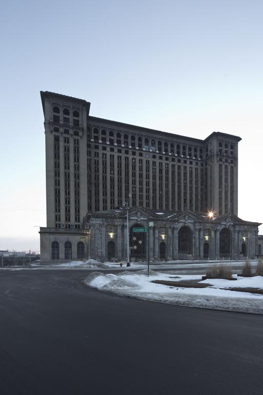 Detroit 2014. Der alte Hauptbahnhof soll wieder genutzt werden. Zunächst einmal sind neue Fenster geplant. Man wir sehen, wie's weitergeht.
