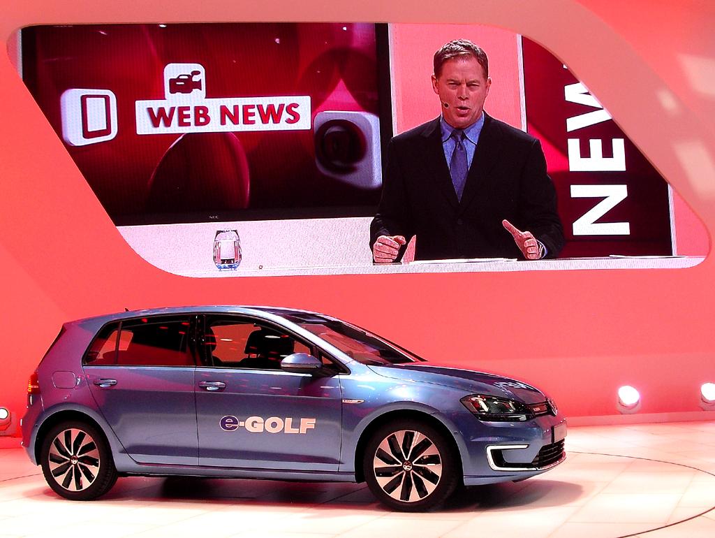 Die VW-Pressekonferenz bei der Autoschau in Detroit, hier mit neuem Elektro-Golf, war im Stil einer US-Nachrichtensendung aufgemacht.