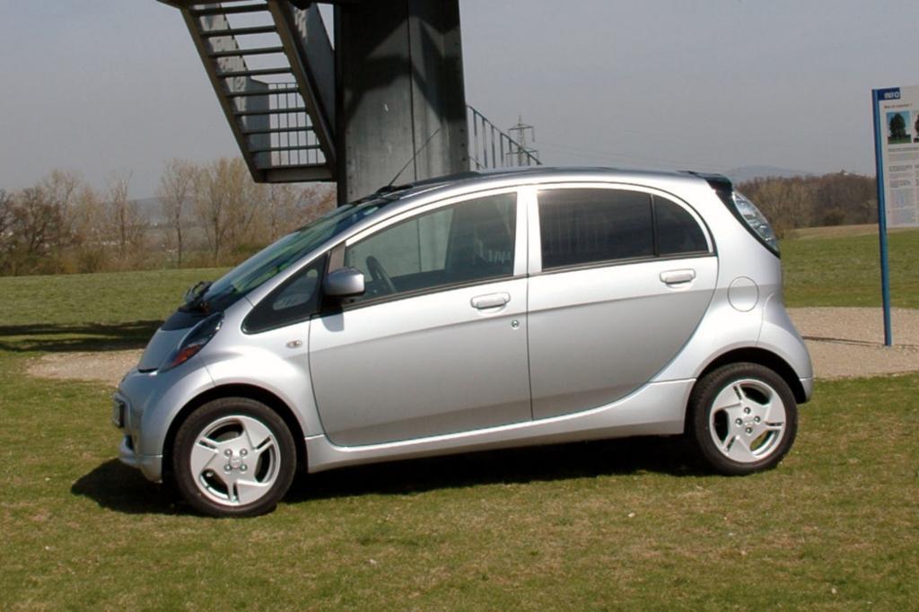 Die baugleichen Elektro-Kleinstwagen Citroen C-Zero, Mitsubishi i-MiEV (Foto) und Peugeot Ion stellen eine Leistung von 49 kW/67 PS bereit - © Mitsubishi
