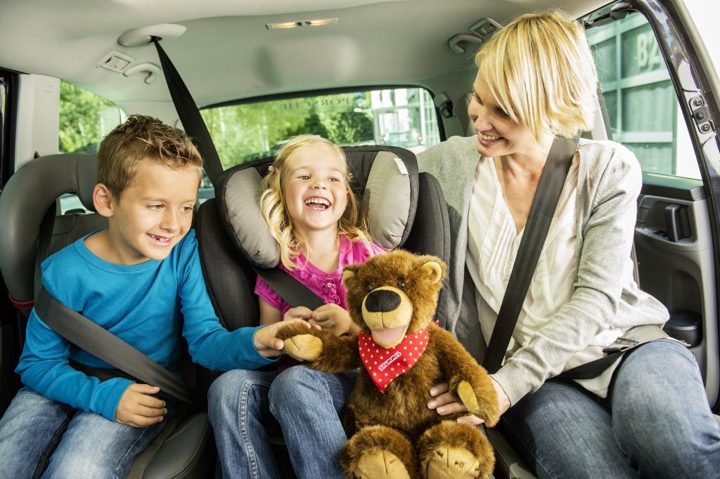 Ferienzeit ist Reisezeit: Langeweile im Auto? Nicht mit Brummel der Geschichtenbär