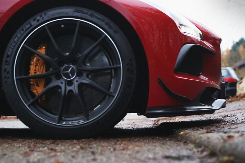 Flügel-Mercedes auf Knopfdruck höher gelegt
