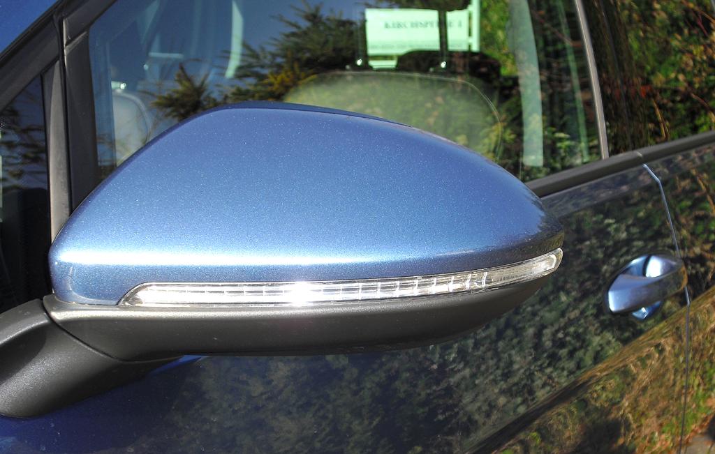 In die Außenspiegel sind schmale Blinkleisten integriert.