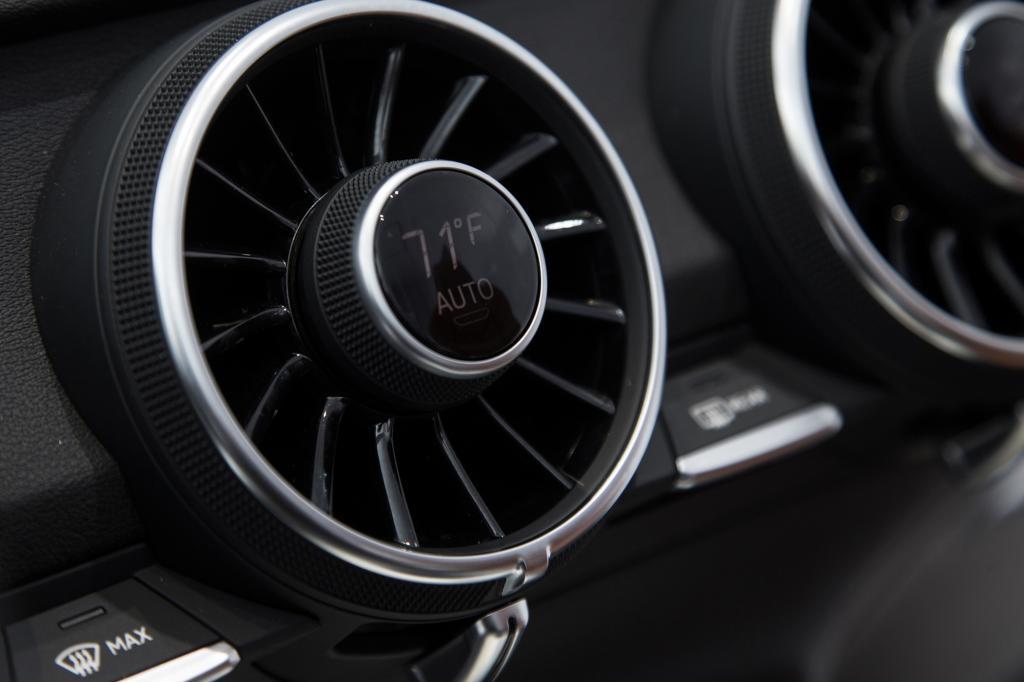Klimaautomatik, Sitzheizung und Temperaturregler sind direkt an den turbinenartigen Ausströmern angebracht
