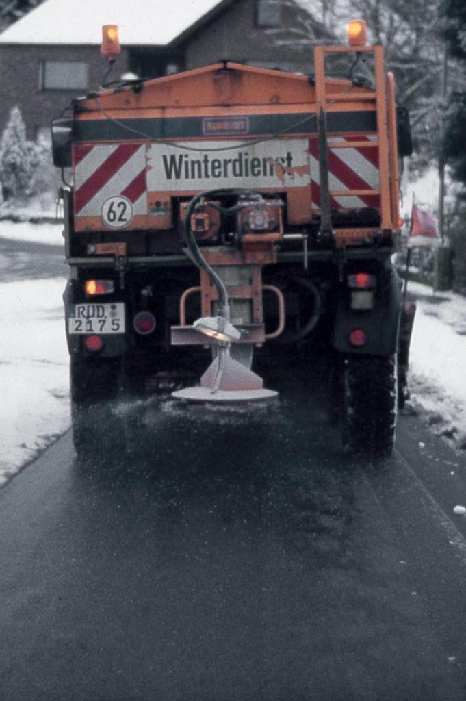 Lkw-Verbände fordern häufigeren Einsatz von Streufahrzeugen