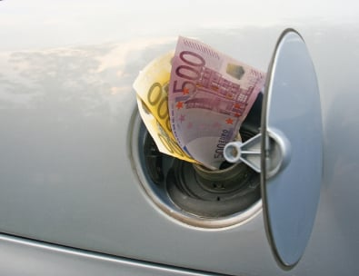 Mietwagenanbieter warnt vor versteckten Tankpauschalen -© istock/emilm