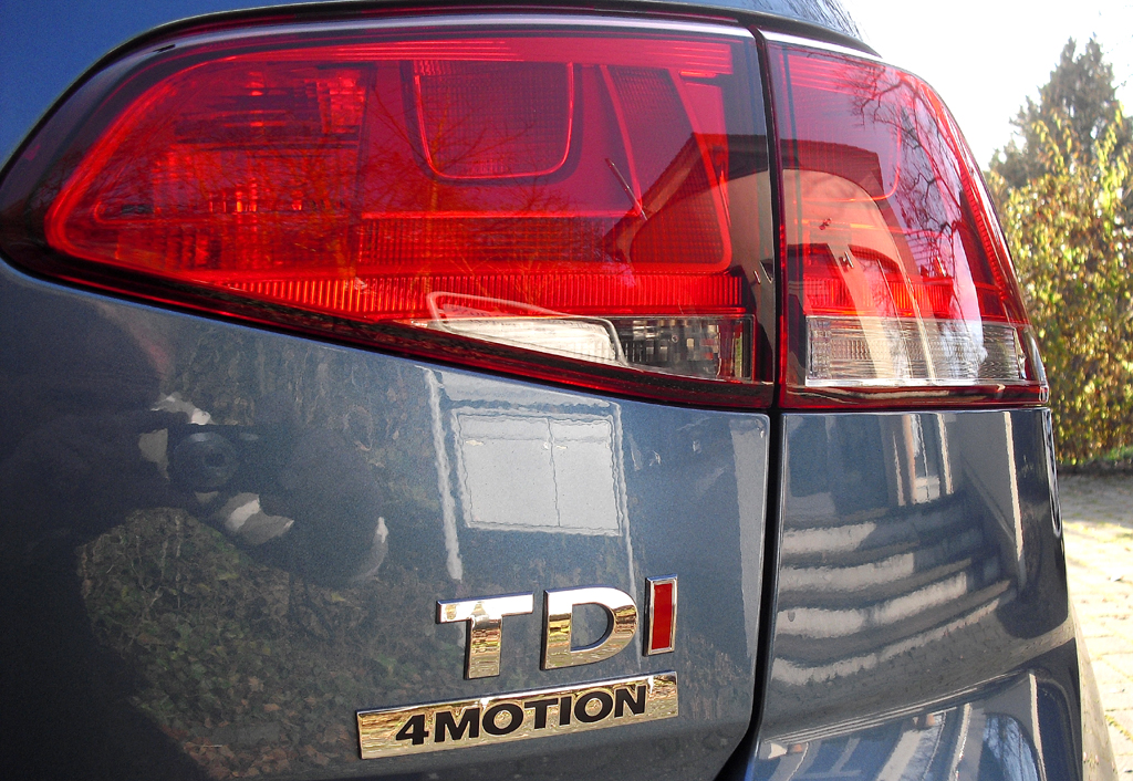 Moderne Leuchteinheit hinten mit Diesel- und Allradantriebsschriftzug.