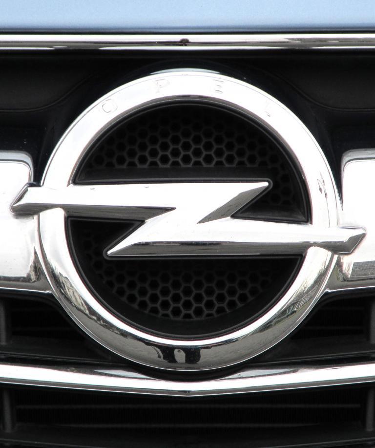 Opel Meriva: Das Markenlogo sitzt vorn in einer Chromspange im oberen Kühlergrill-Teil.