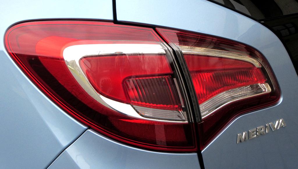 Opel Meriva: Großformatige Leuchteinheit hinten mit Modellschriftzug.