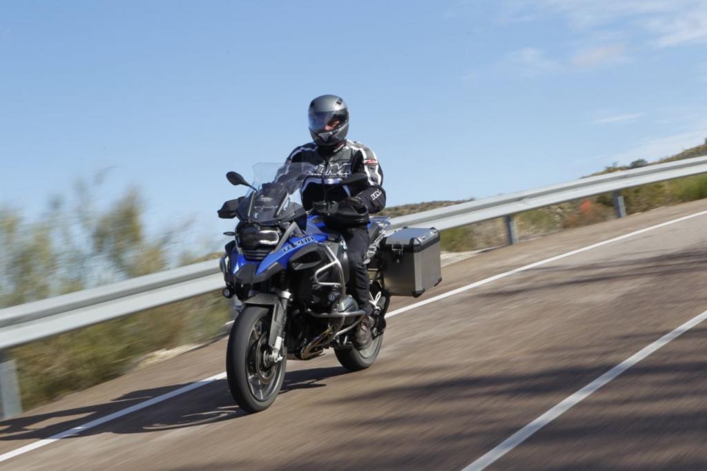 Riesig und schier unaufhaltsam kommt sie daher, die jüngste Ausgabe von BMWs Fernreisespezialistin R 1200 GS Adventure