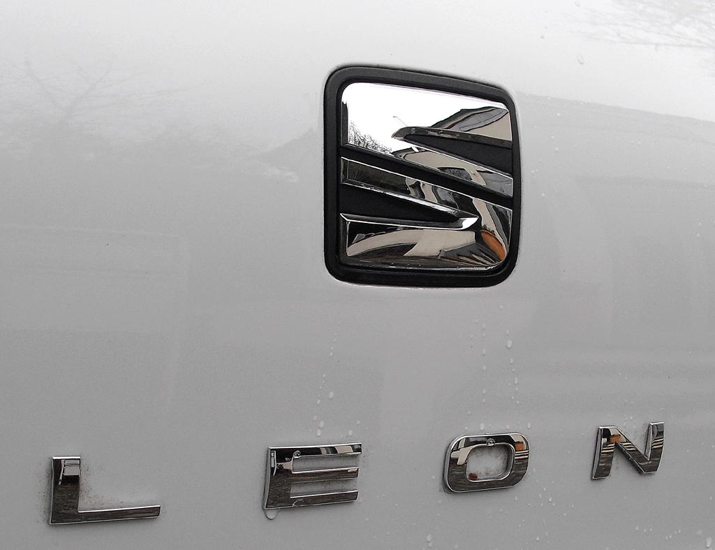 Seat León SC: Blick auf Markenlogo und Modellschriftzug auf der Heckklappe.