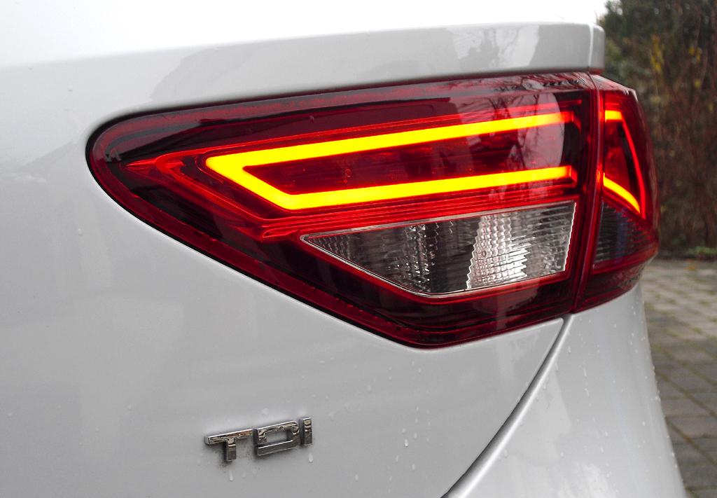 Seat León SC: Moderne Leuchteinheit hinten mit (Turbodiesel-)Motorisierungskürzel.