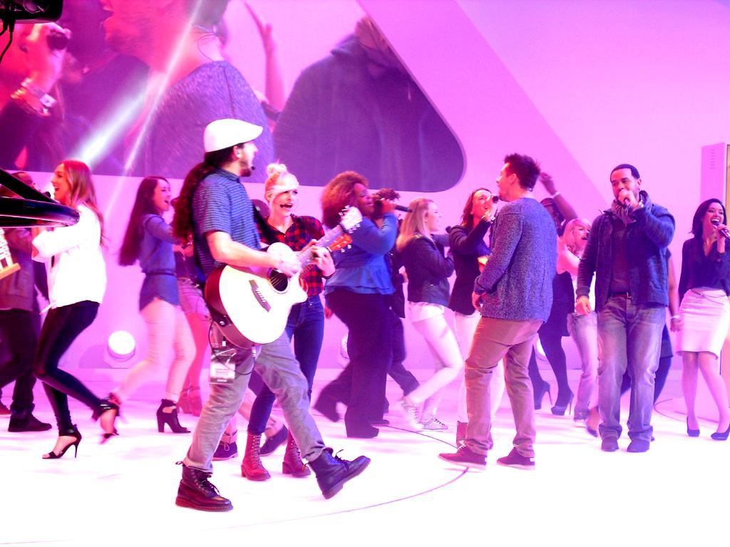 Singen für Volkswagen: Junge Amerikaner bei der Präsentation am VW-Stand.